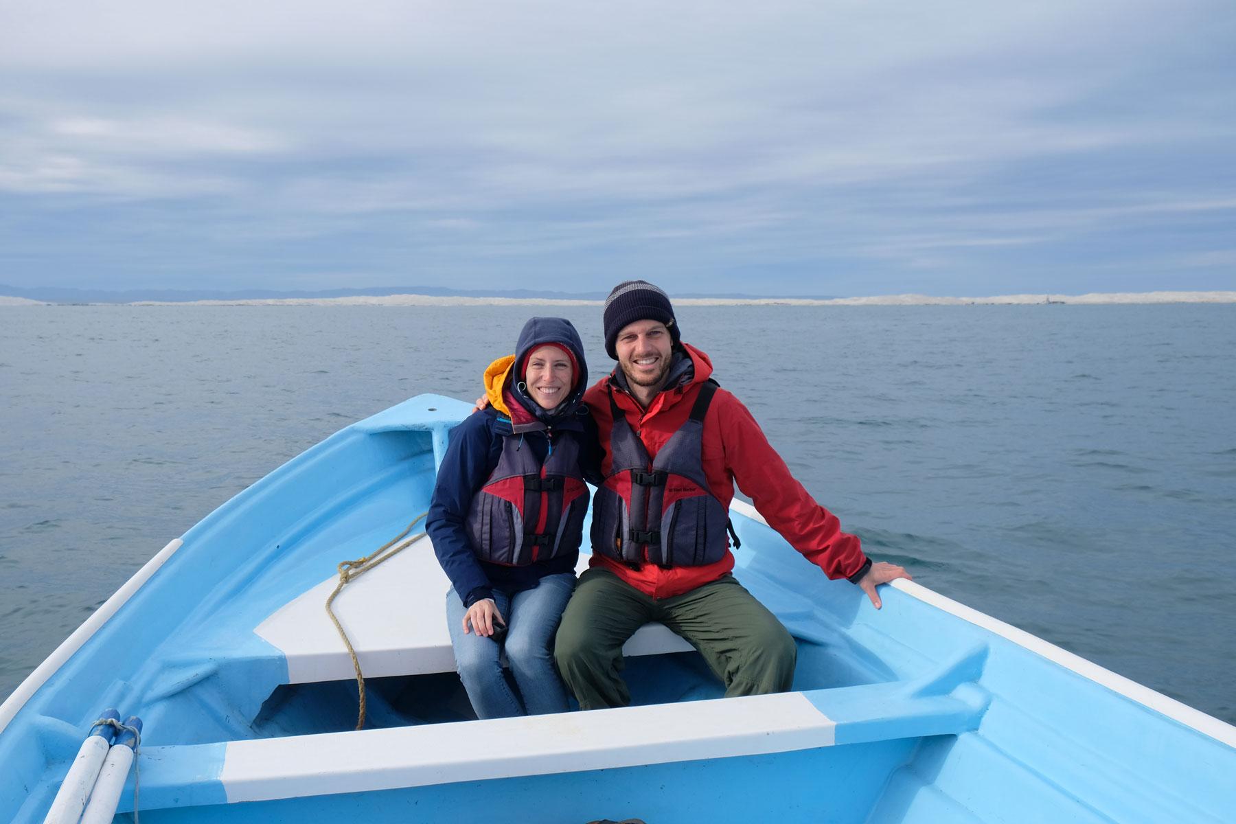 Leo und Sebastian sitzen in einem kleinen Boot in der Lagune Guerrero Negro in Mexiko.