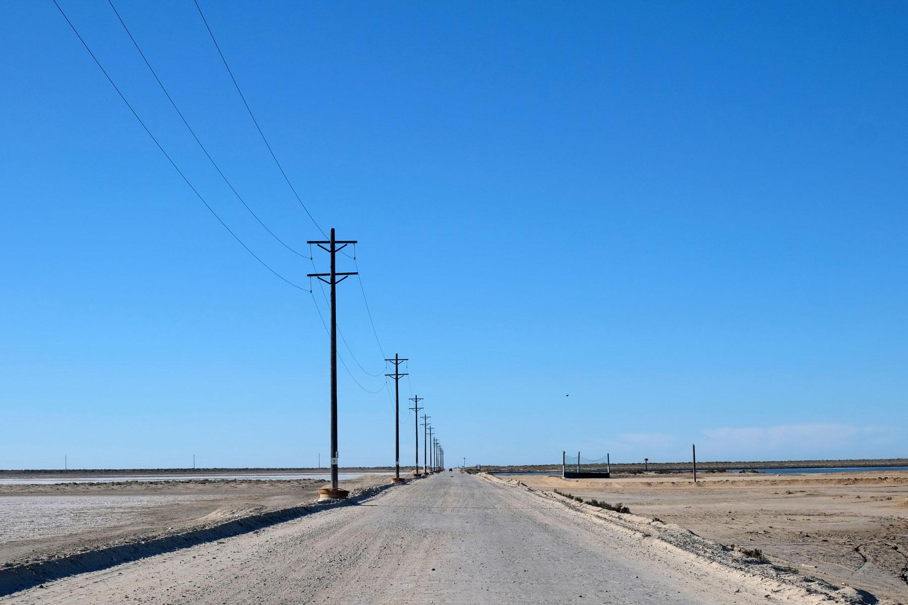 Guerrero Negro in Mexiko liegt inmitten einer kargen Landschaft.