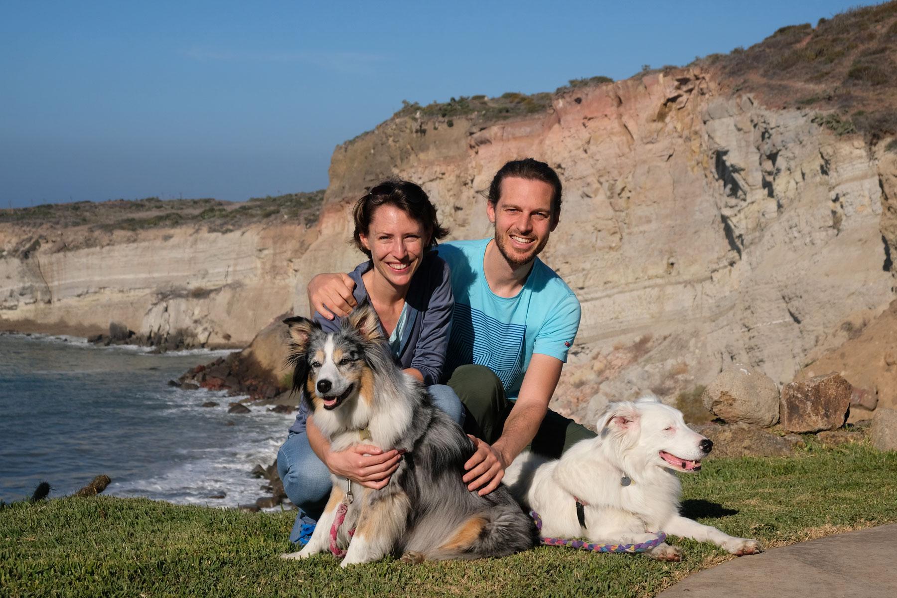 Leo und Sebastian mit ihren House Sitting Hunden Ellie und Bodhi in Mexiko.