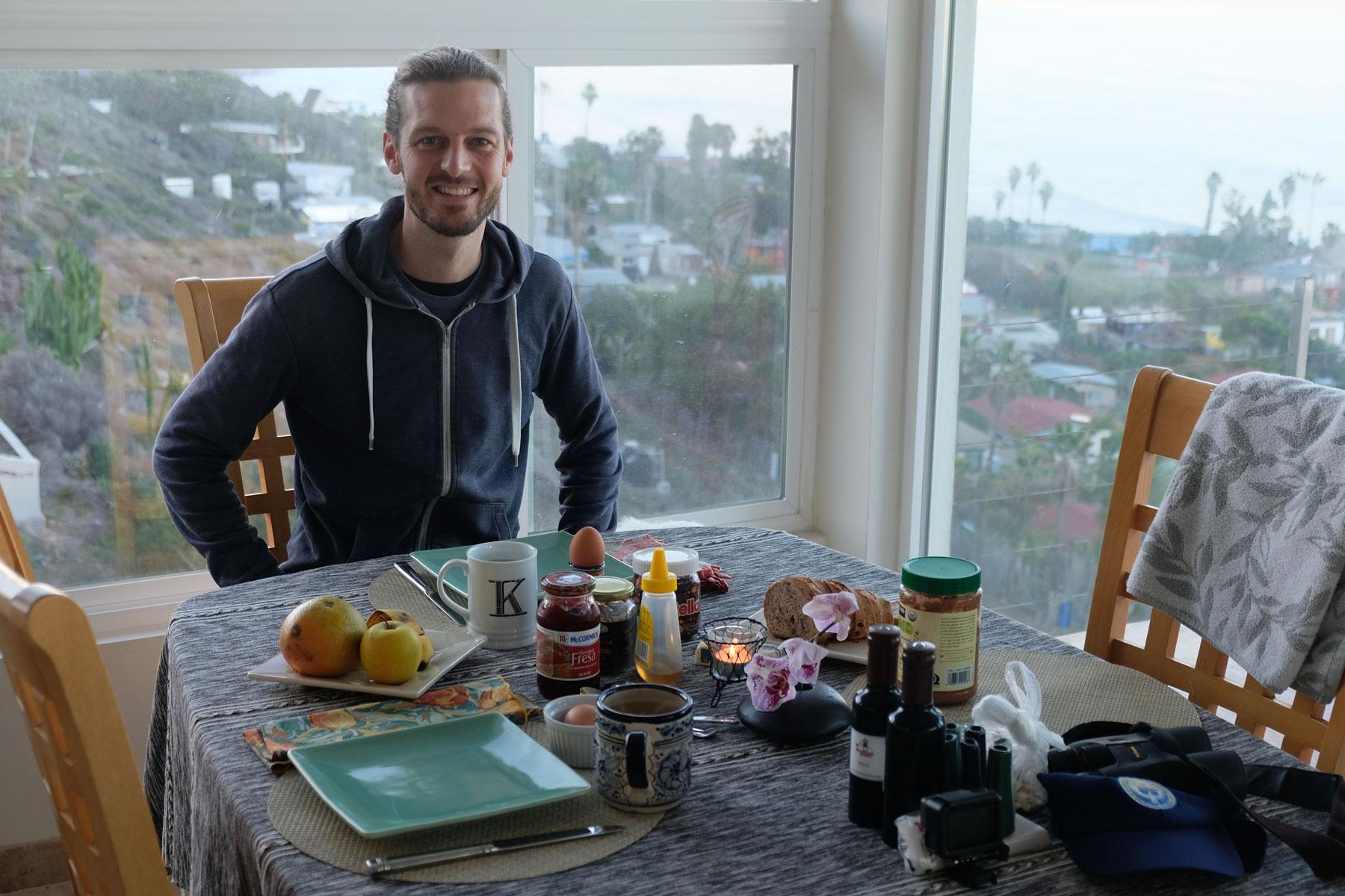 Sebastian am Tisch unseres Hauses in Rosarito, Baja California.