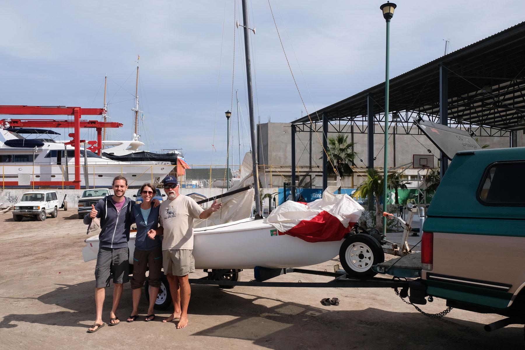 Mit Steve stehen Leo und Sebastian vor einem kleinen Segelboot in La Paz in Mexiko.