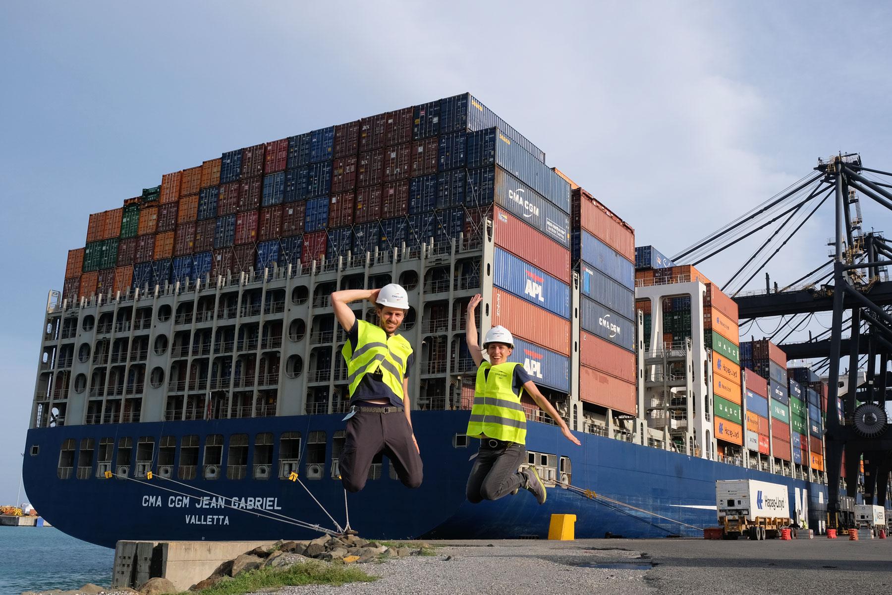 Leo und Sebastian springen vor dem Containerschiff am Hafen Caucedo in die Luft.
