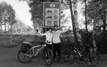 Leo und Sebastian erreichen mit ihren Fahrrädern Deutschland.