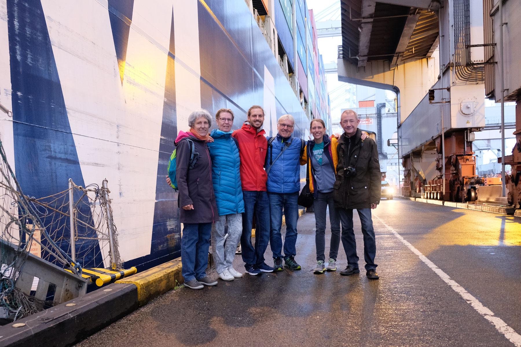 Leo und Sebastian stehen mit ihren Eltern vor der Gangway des Containerschiffs in Rotterdam.