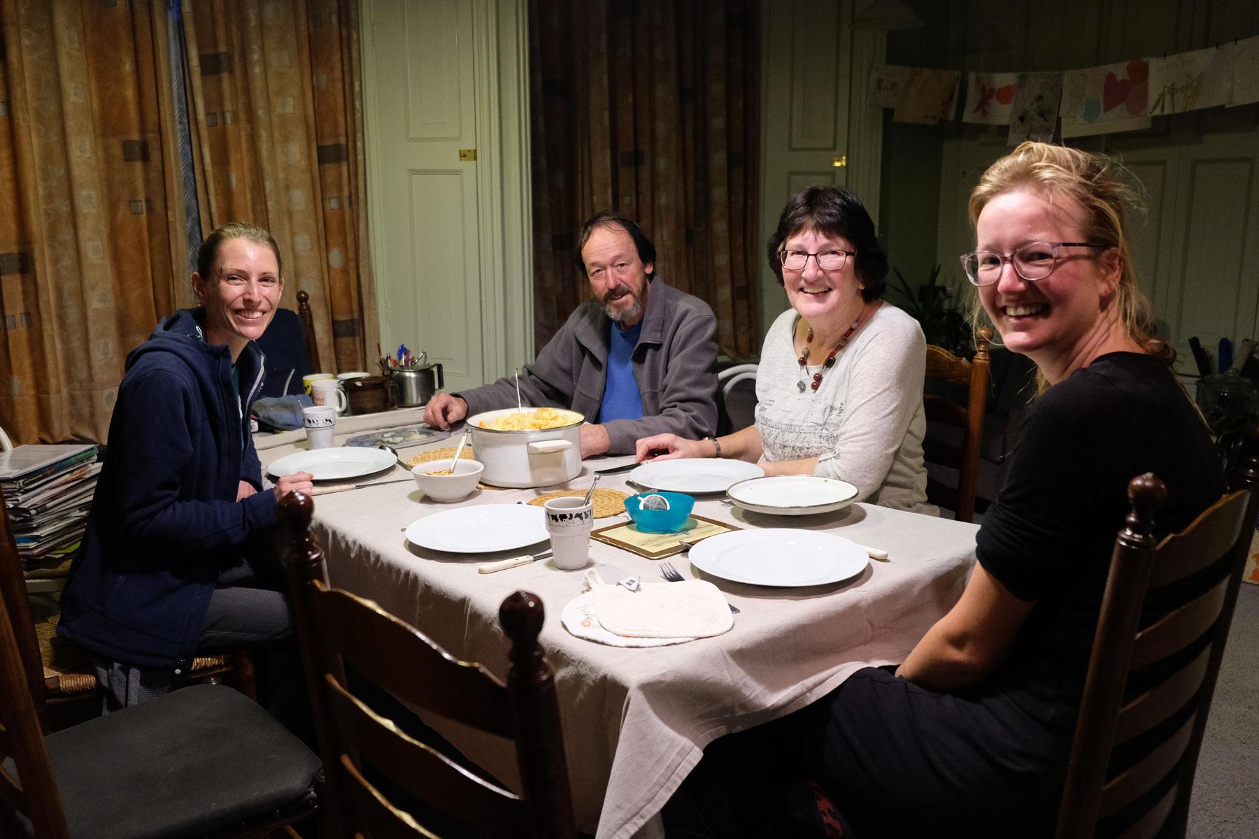 Leo sitzt mit ihren WarmShowers-Gastgebern in den Niederlanden zusammen.