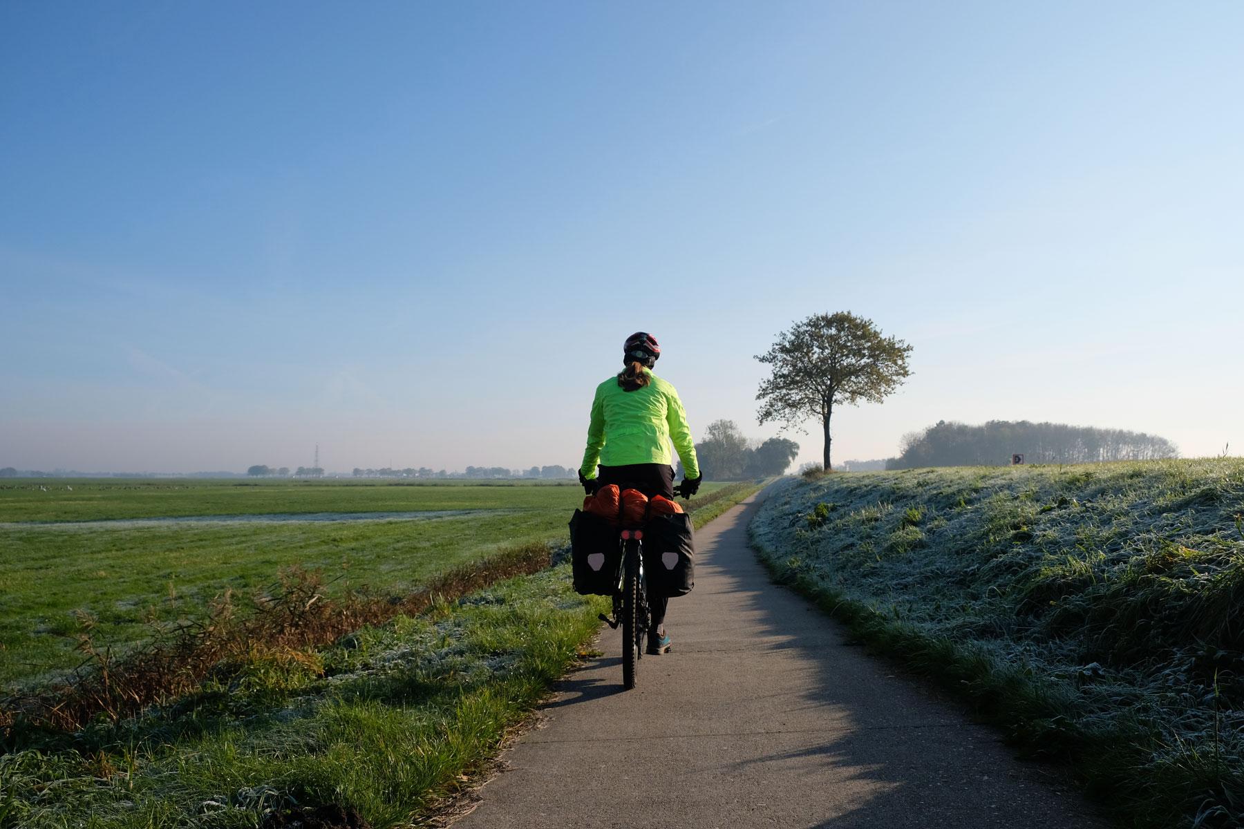 Sebastian fährt mit dem Fahrrad auf dem Fahhradweg.