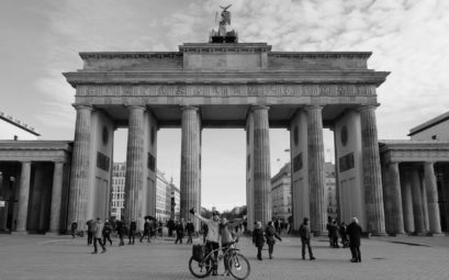 Leo und Sebastian stehen mit ihrem Fahrrad vor dem Brandenburger Tor in Berlin.