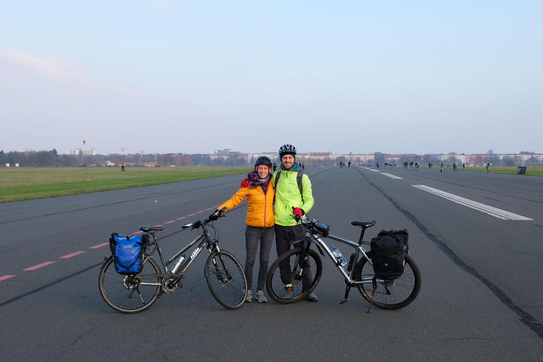 Leo und Sebastian stehen mit ihren Fahrrädern auf dem Tempelhofer Feld in Berlin.