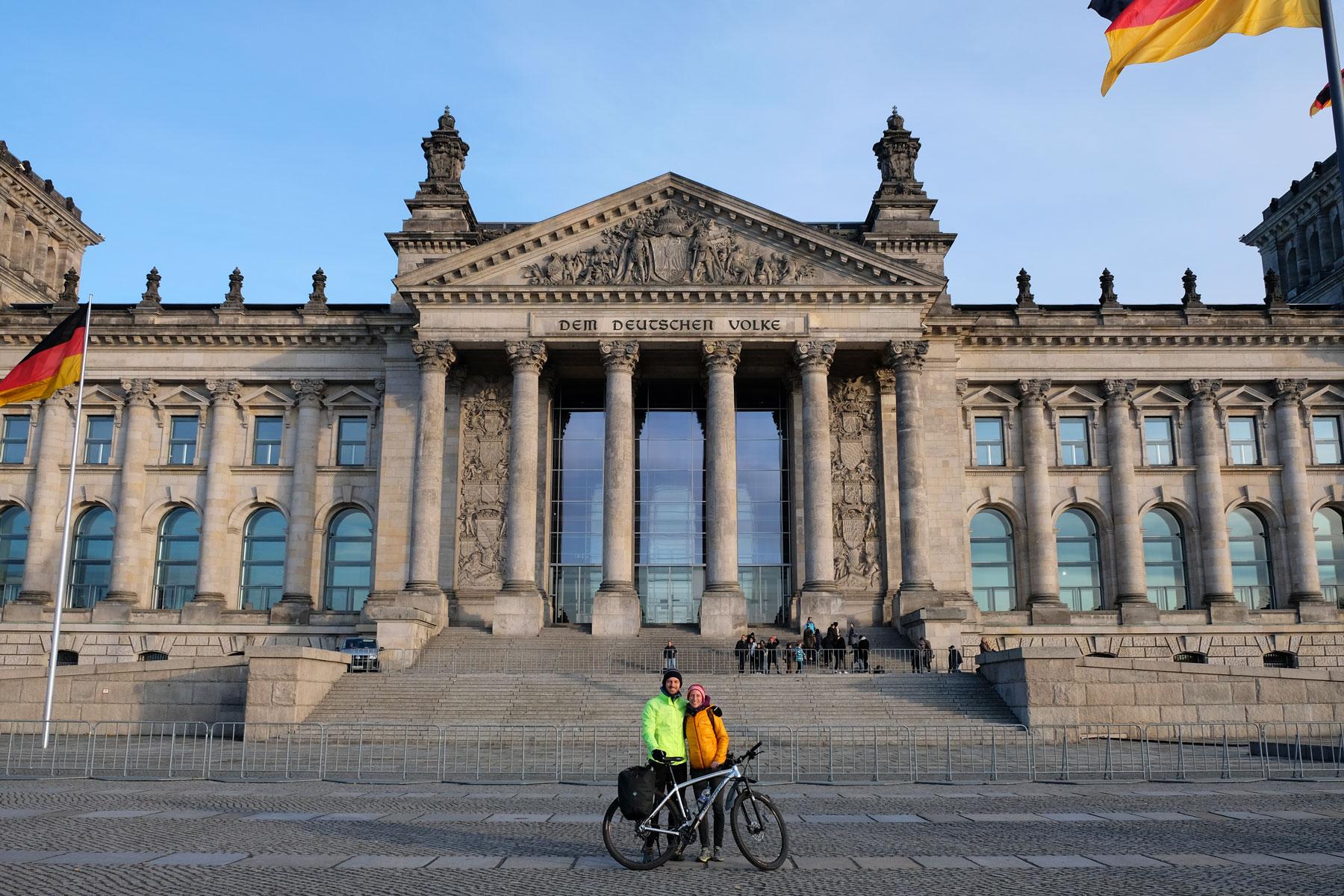 Leo und Sebastian stehen vor dem Reichstagsgebäude in Berlin.