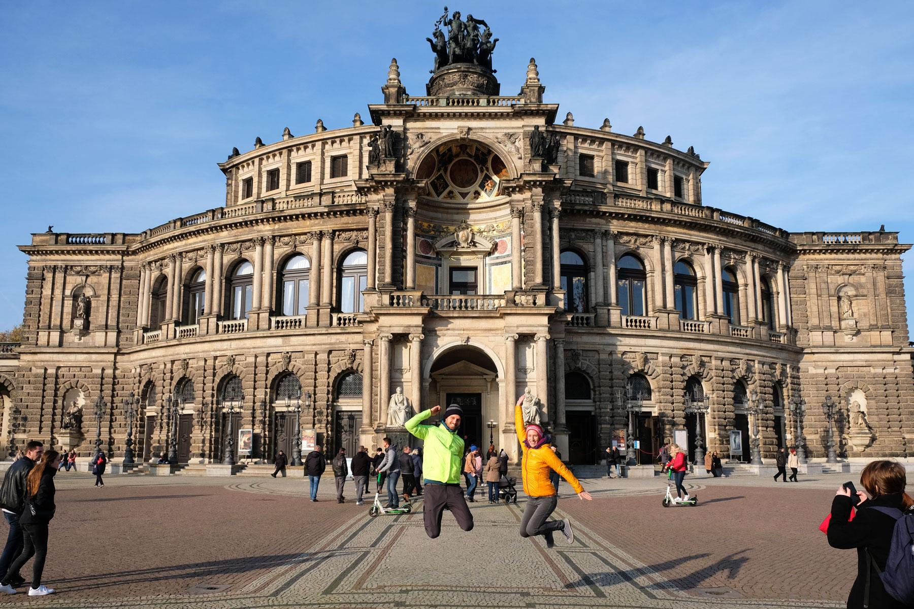 Leo und Sebastian springen vor der Semperoper in Dresden in die Luft.