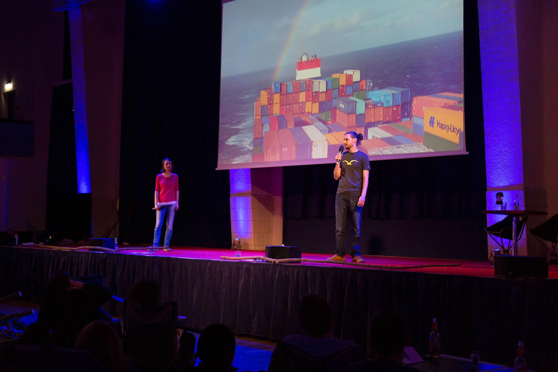 Leo und Sebastian halten ihren ersten Vortrag im Rahmen des Travel Festival Leipzig.