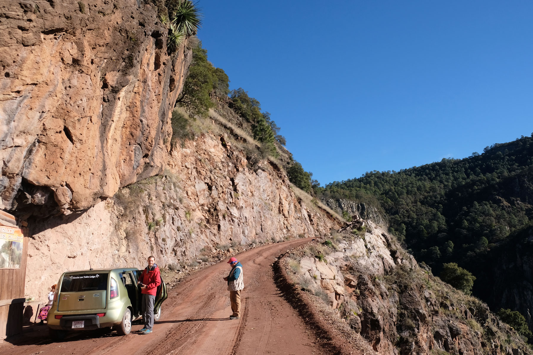 Mit einem Auto lassen wir uns zum Aussichtspunkt Cerro de Gallego in Mexiko fahren.