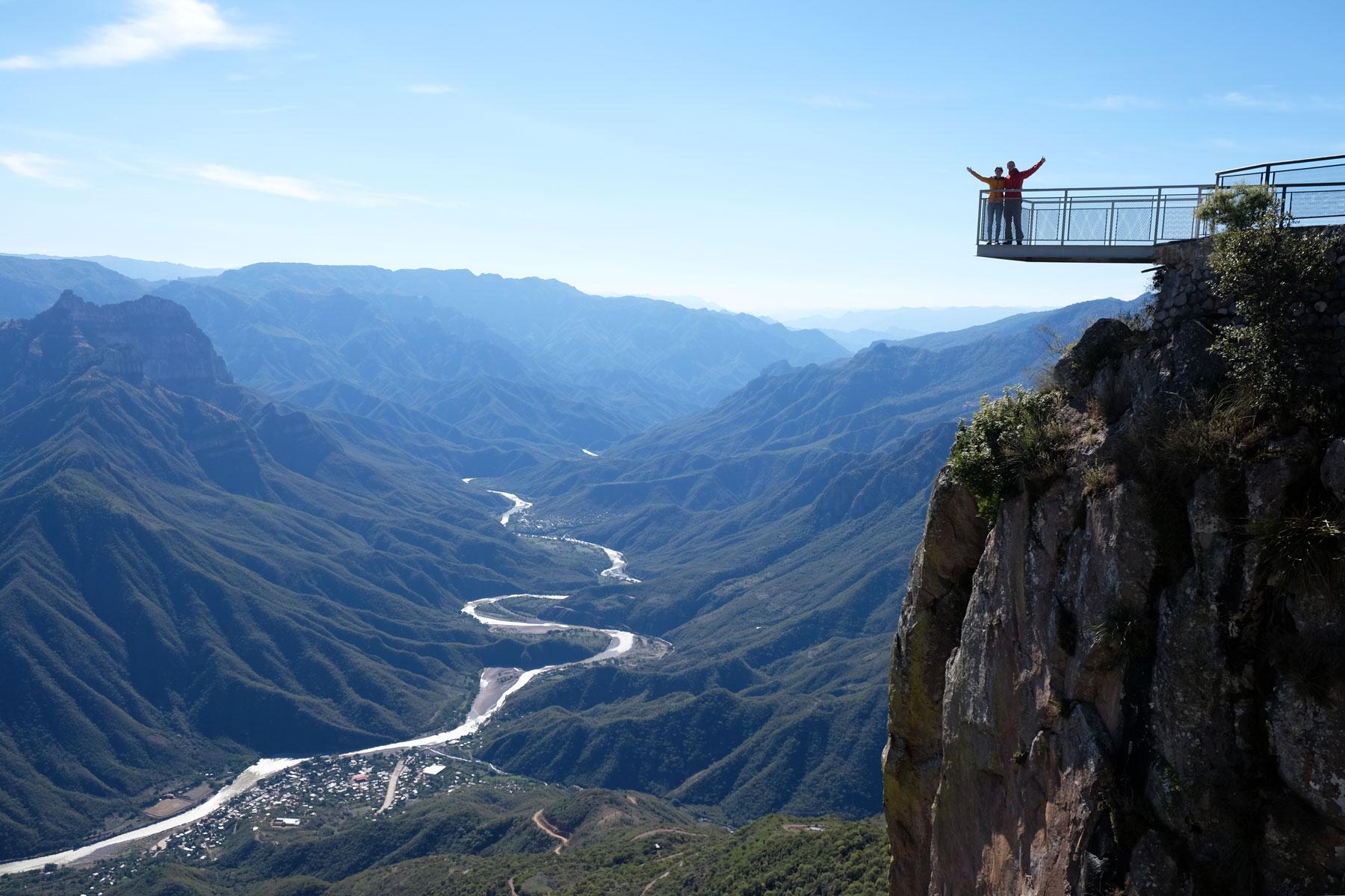 Leo und Sebastian stehen auf einem Aussichtspunkt hoch über dem Urique Canyon in Mexiko.