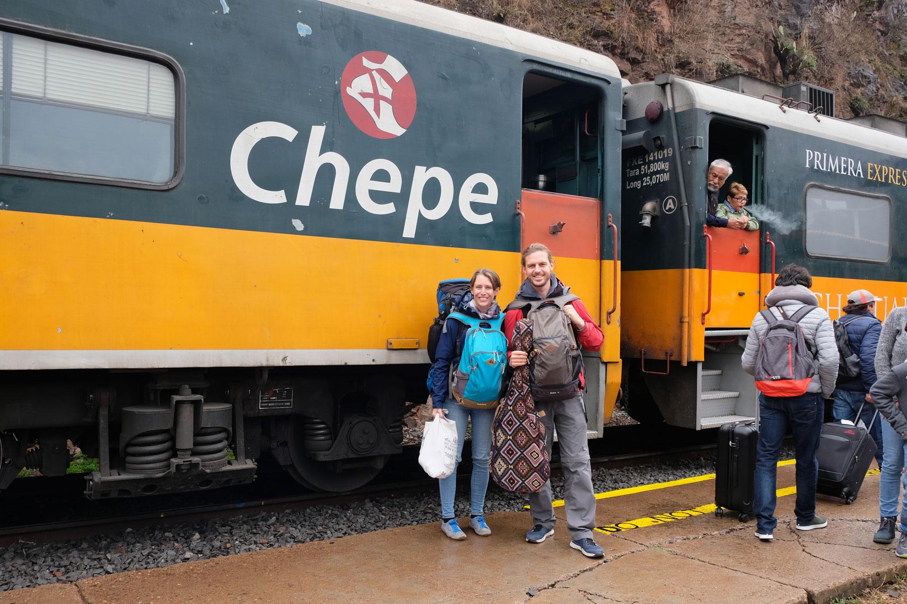 Leo und Sebastian vor dem Zug Chepe in Nordmexiko.