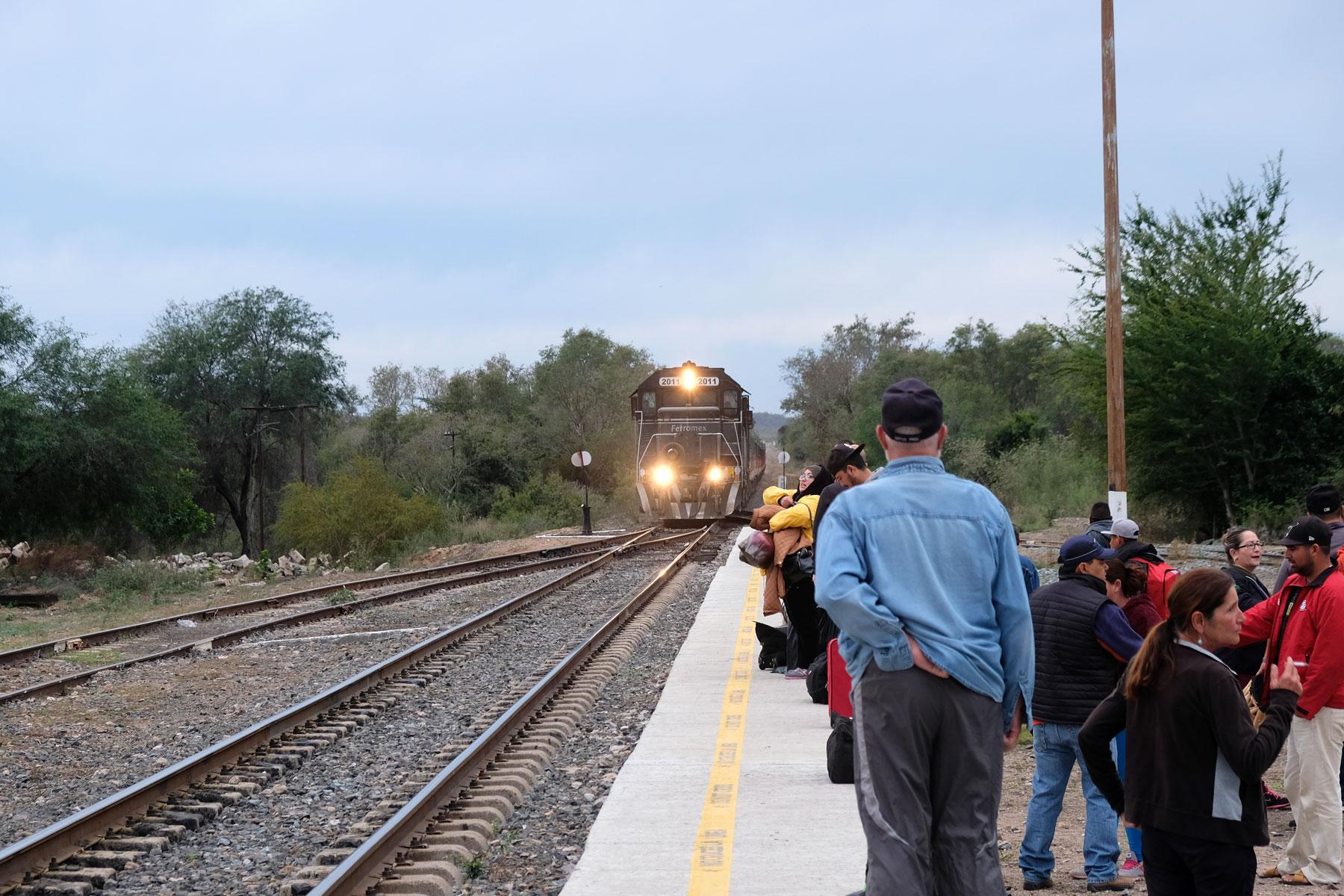 Der Chepe erreicht den Bahnhof El Fuerte in Mexiko.