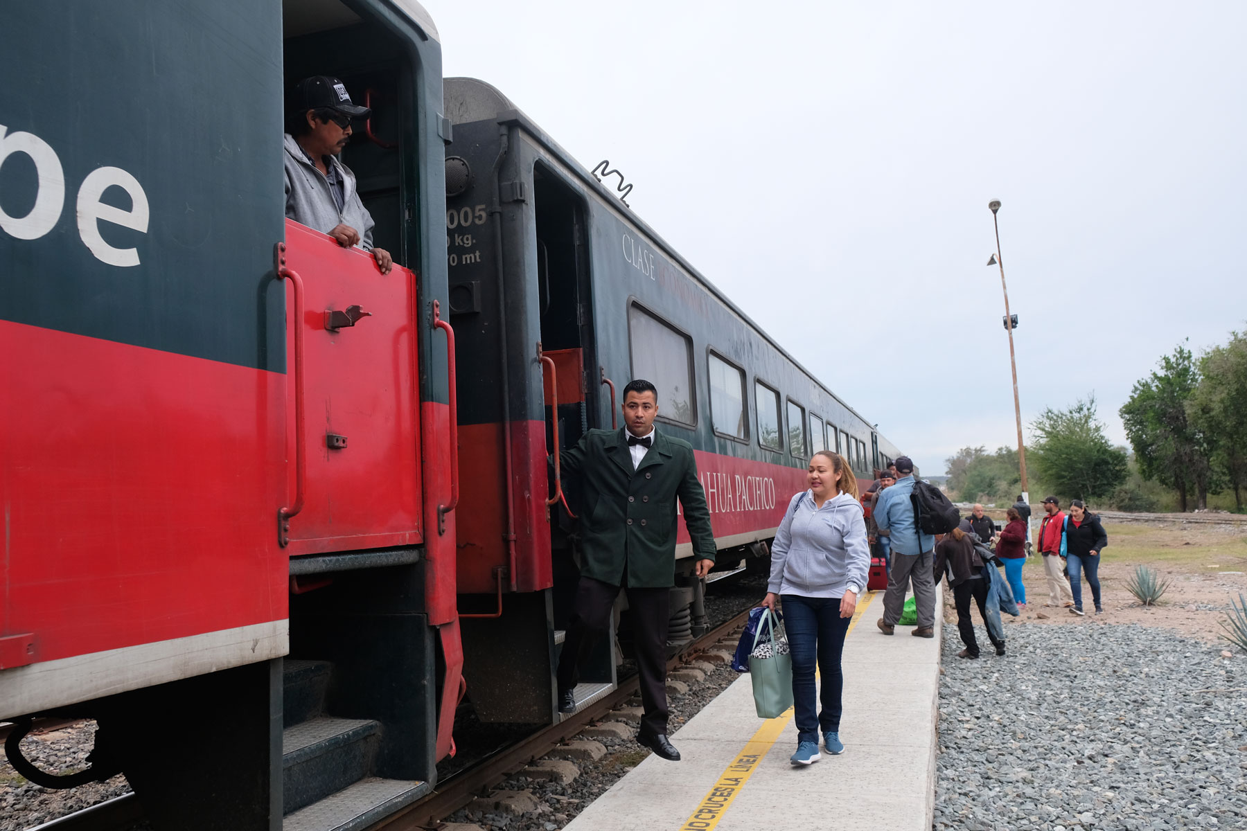Ein Schaffner steigt aus dem Zug Chepe in Nordmexiko.