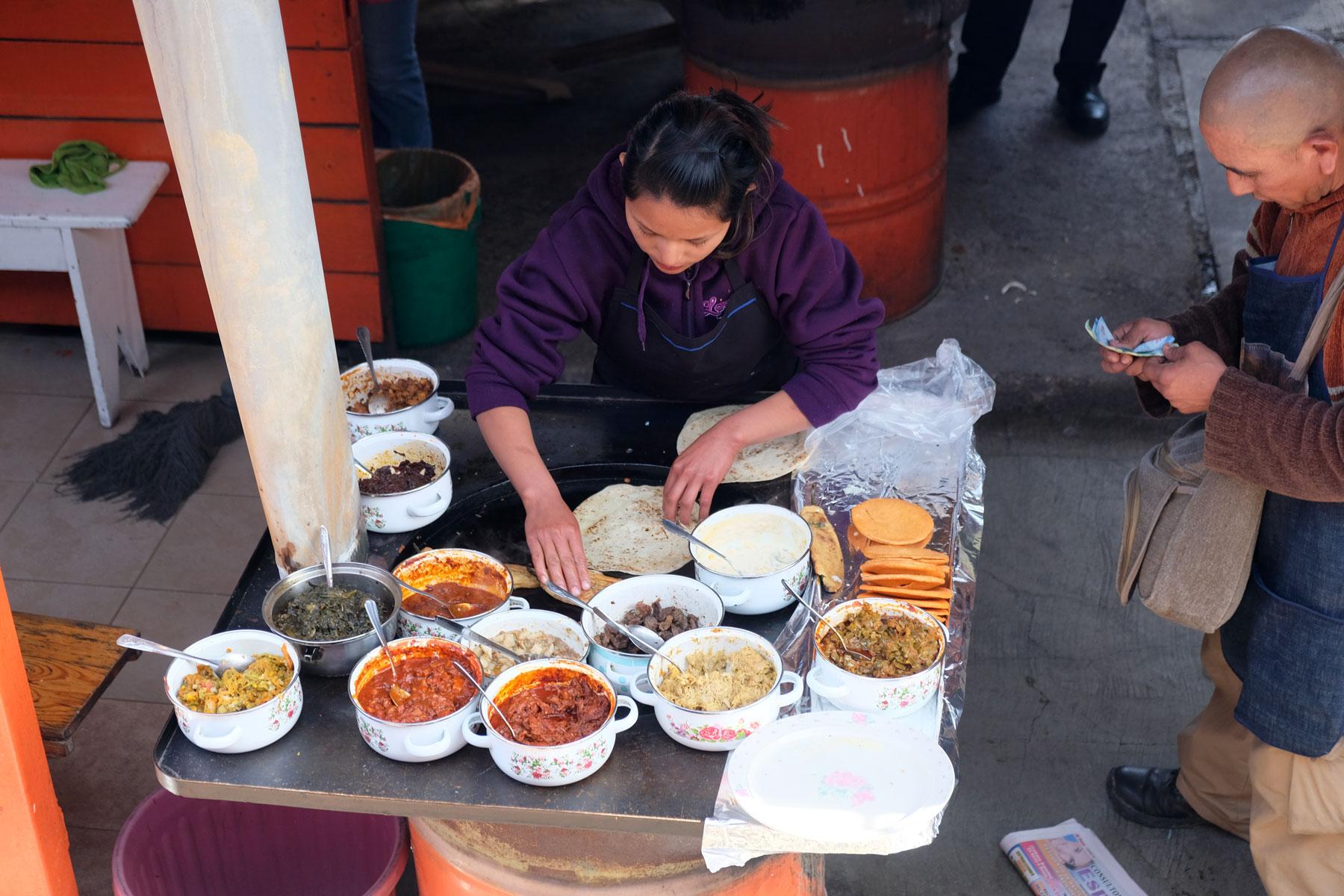 Eine Essensverkäuferin bietet Snacks am Bahnhof des Chepes in Mexiko an.