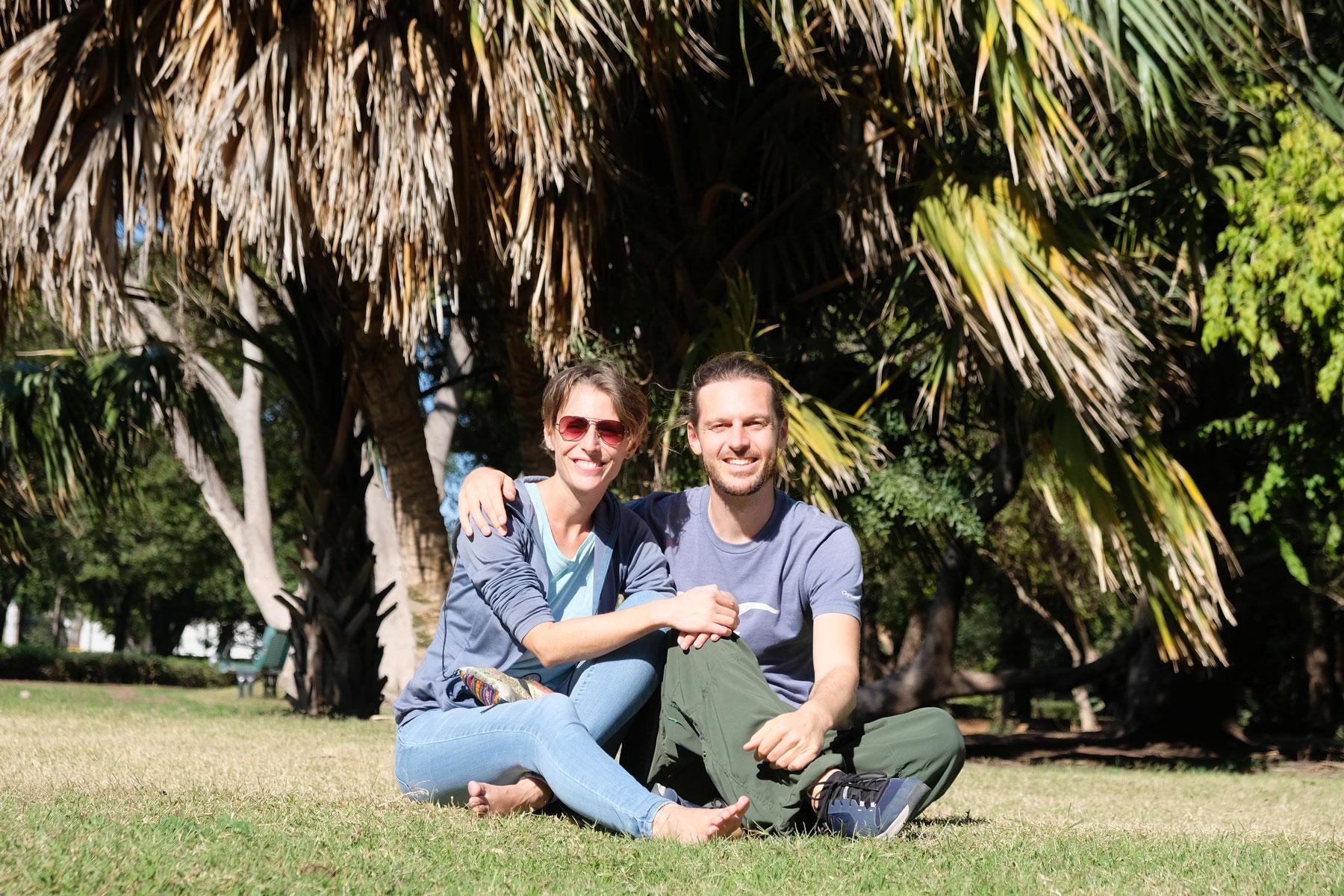 Leo und Sebastian sitzen im Botanischen Garten in Los Mochis, Mexiko.