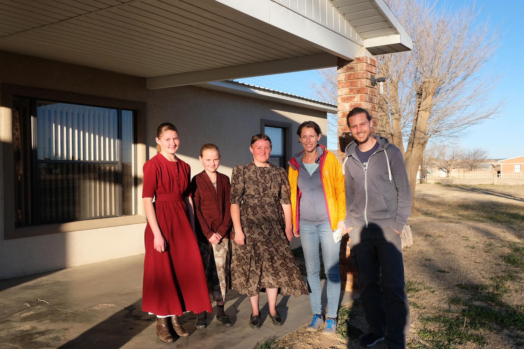 Leo und Sebastian mit einer mennonitischen Familie in Mexiko.