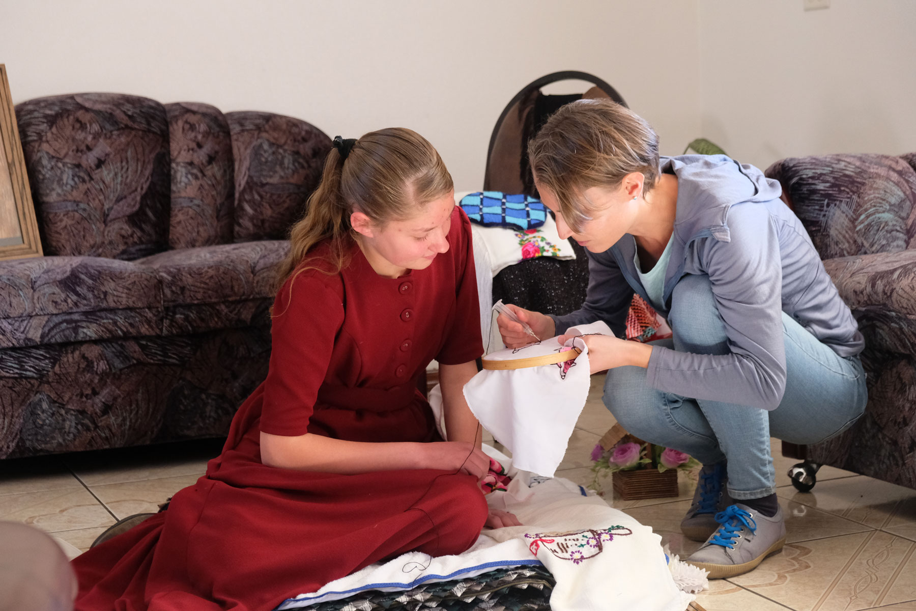 Leo bekommt von einem mennonitischen Mädchen Handarbeit gezeigt.