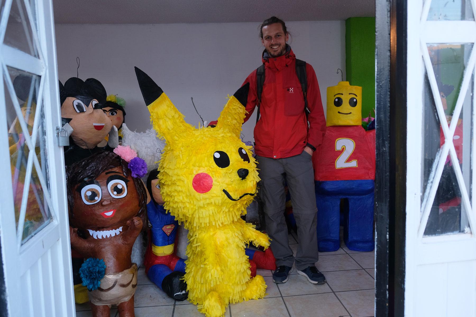 Sebastian steht neben einer Piñata in Cuauhtémoc in Mexiko.