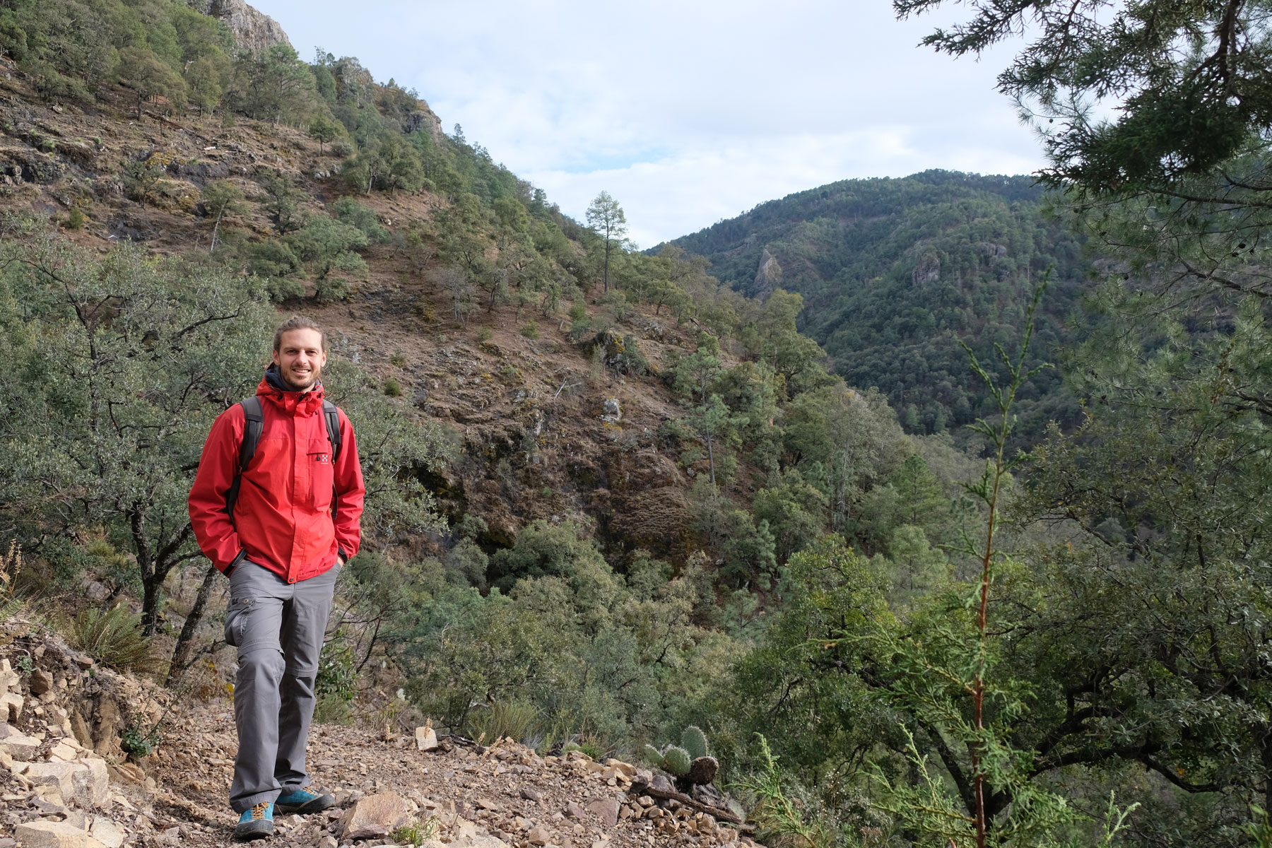 Sebastian spaziert durch die Gegend um Cerocahui in Nordmexiko.