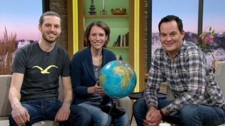 """Leonore Sibeth und Sebastian Ohlert sind zu Gast bei Moderator Dominik Pöll in der Fernsehsendung """"Wir in Bayern"""" des Bayerischen Rundfunks."""