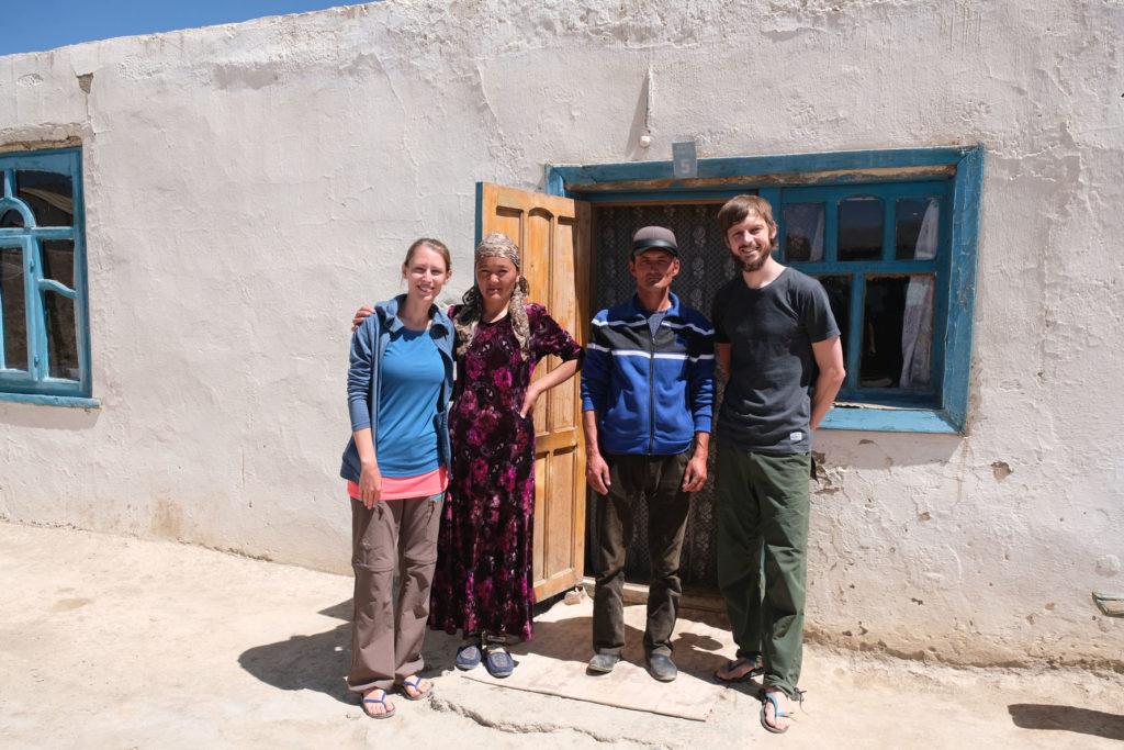 Eine Familie betreibt einen Homestay auf dem Pamir Highway in Tadschikistan.