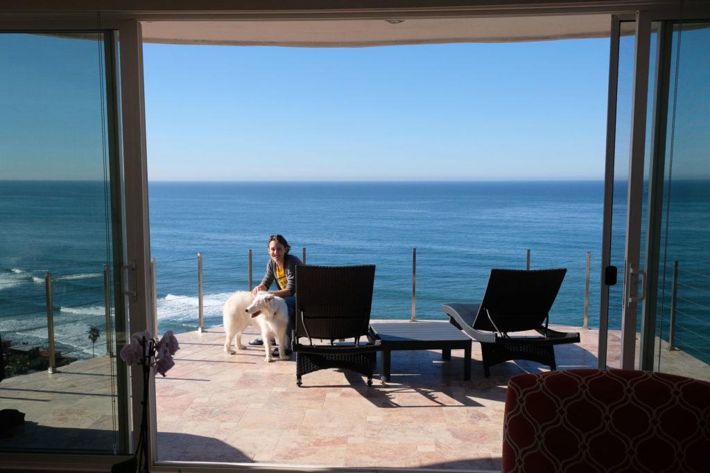 Leo auf einem Balkon mit Blick aufs Meer.