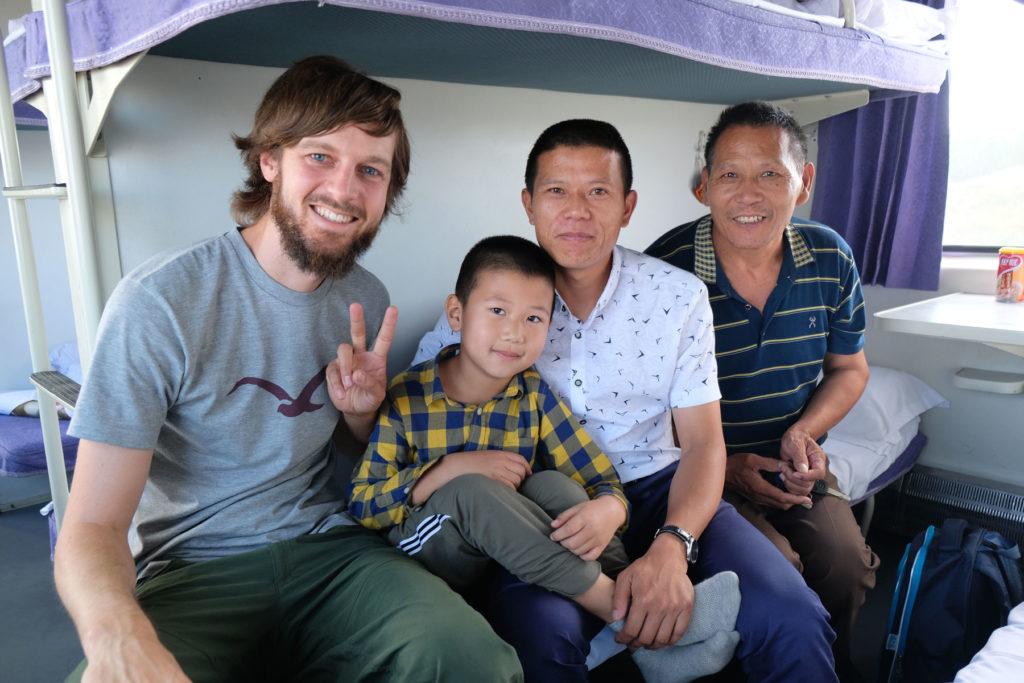 Sebastian mit einer chinesischen Familie, die wir im Nachtzug kennengelernt haben.