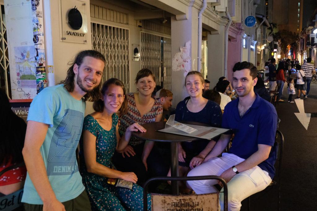 Sebastian und Leo mit Freunden in Singapur.
