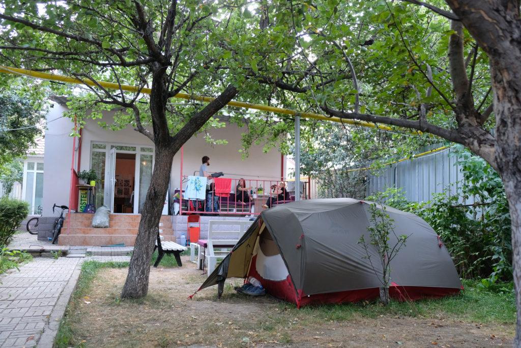Im Garten eines Hostels in Almaty dürfen wir unser Zelt aufschlagen.