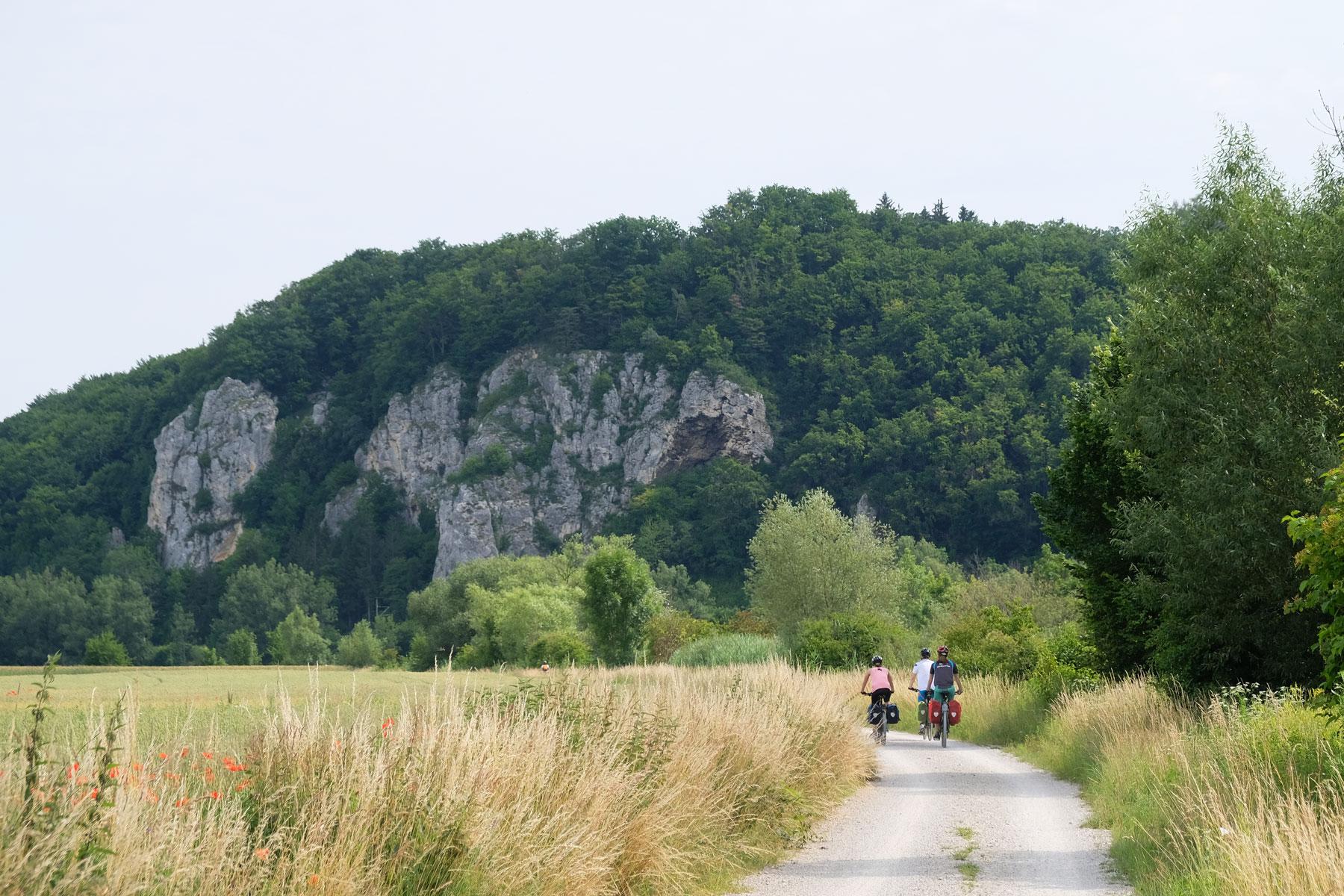 Mit den Fahrrädern auf dem Donauradweg.